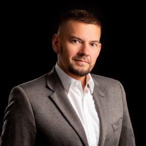 Organizator konferencji Gastro Meeting, wydawca portalu Horeca Business Club oraz pierwszego na świecie Horeca Radio. Od 20 lat związany z branżą wydawniczą. Doskonale zna środowisko hotelarzy i restauratorów. Na co dzień współpracuje z wieloma organizacjami branżowymi, co sprawia, że posiada bardzo aktualną wiedzę na temat sektora HoReCa w Polsce.